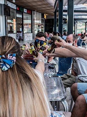 Grupo de gente brinda en las terrazas de Quadernillos