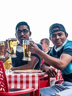 Amigos brindando con cerveza en Quadernillos