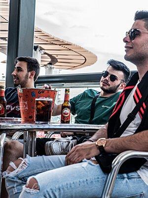 Amigos animando a su equipo en la terraza de Quadernillos