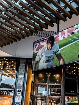 Televisión retransmitiendo partido de fútbol en Brasa y Leña de Quadernillos