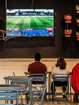 Matrimonio viendo el fútbol en la Sureña de Quadernillos