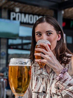 Mujer bebiendo una cerveza mientras ve el fútbol