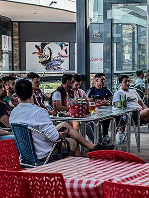 Amigos sentados en la terraza de Pomodoro Quadernillos